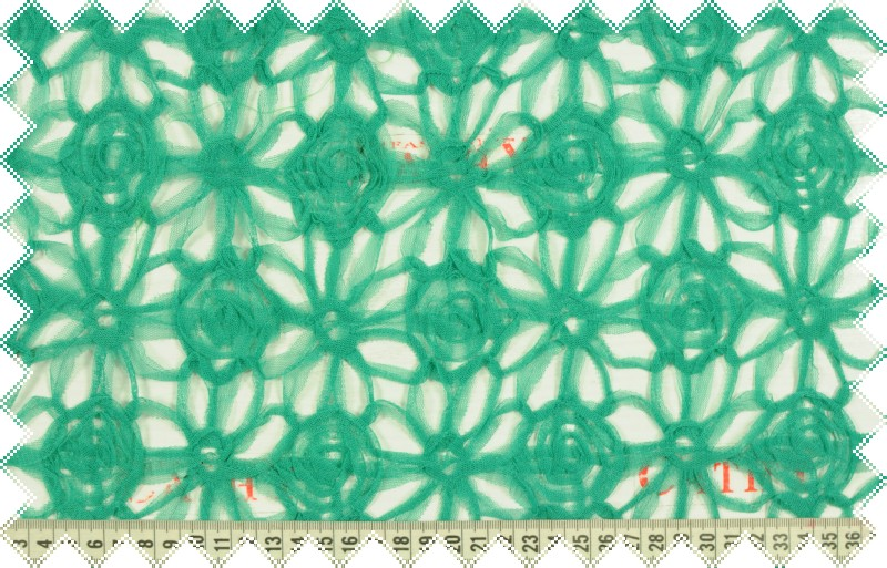 Zelený tyl našívaný do květů